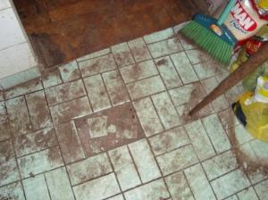 Situação do piso da cozinha, antes da reforma.