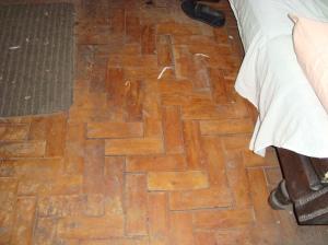 Situação do piso da sala antes da reforma.