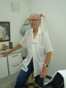 Sr Manuel Gomes da Silva,80 anos,morador do Bairro e Colaborador da Sociedade de Melhoramentos, trabalha como barbeiro há 7 anos na Sociedade.