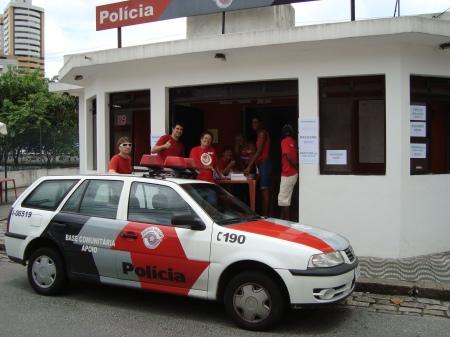 Voluntárias do Grupo Coração Feliz,durante preparativos para receber as famílias carentes.