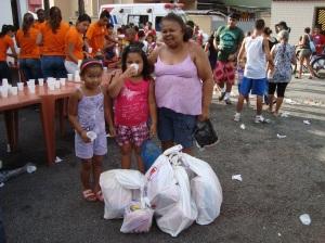 A alegria da mãe e suas duas filhas,após receberem seus presentes.