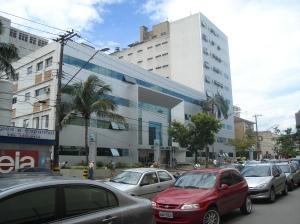 Em novembro de 1966, nove anos após a inauguração do Pronto-socorro Ana Costa, cellula mater do Complexo Hospitalar Ana Costa, pela primeira vez, abriam-se as portas do Hospital Ana Costa de Santos.  Há 40 anos no mercado, o HAC é referência na Baixada Santista, com infra-estrutura completa e equipes especializadas. Inaugurou a primeira Unidade de Terapia Intensiva no litoral do Estado de São Paulo, realizou o primeiro transplante renal, investiu na UTI Neonatal e Infantil, além de trazer diversas cirurgias inéditas para a região, reafirmando o pioneirismo e a preocupação em trazer o melhor atendimento ao litoral paulista.  Além da unidade hospitalar de Santos, o Complexo Hospitalar Ana Costa conta com o Pronto-socorro Ana Costa e outras seis unidades regionais, tornando-se, assim, o maior complexo hospitalar da Baixada Santista.  Hoje, o Complexo Hospitalar Ana Costa conta mais de 1400 colaboradores e um corpo clínico composto por 1000 médicos. Fonte: http://www.anacosta.com.br/institucional.htm