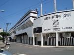 Estádio Urbano Caldeira/ Vila Belmiro/ Alçapão da Vila/ Caldeirão da Vila/ Estádio do Santos. Estes são os nomes designado  para  o local que revelou o maior jogador do mundo, o mineiro natural de Três Corações, chamado  Pelé.