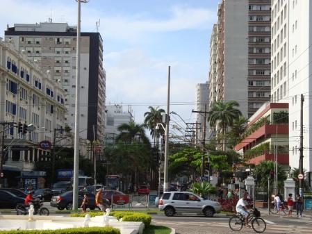 Avenida Ana Costa na região do Shopping Parque Balneáreo e Hotel Holliday Inn.