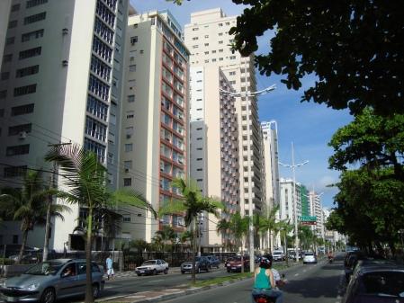 Avenida Vicente de Carvalho, para quem observa em direção a Ponta da Praia.
